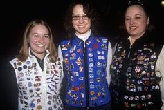Turister som visar västar som täckas med den olympiska samlaren, klämmer fast, under 2002 vinterOS:er, Salt Lake City, UT Royaltyfria Bilder