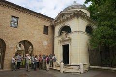 Turister står framme av Dante'sens gravvalv, en neoclassical struktur som byggs av Camillo Morigia i 1780 i Ravenna, Italien royaltyfri bild