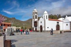 Turister står på fyrkanten nära den kyrkliga Iglesiaen de San Fernando Rey 1679 royaltyfri bild