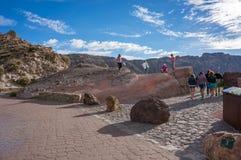 Turister står på observationsdäcket och ser den gamla krater av vulkan arkivfoto