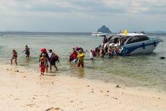 Turister stiger ned från fartyget till kusten Royaltyfri Fotografi