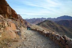 Turister stiger ned på den långa slingan för att montera Moses, Egypten Arkivbild