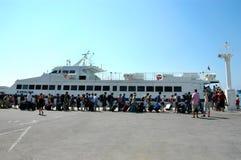 Turister stiger ombord katamaran Royaltyfri Foto