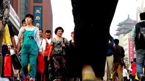 Turister strövar omkring Wangfujing som går gatan i Peking lager videofilmer