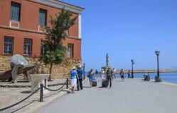 Turister - stranden nära det maritima museet arkivfoto