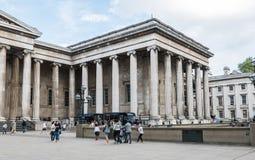 Turister strosar i borggården av British Museum, London Royaltyfri Foto