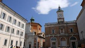 Turister strosar i Piazza del Popolo i Ravenna arkivfilmer