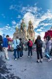 Turister tar bilder av kyrkan av frälsaren på blod Arkivbild