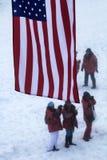 Turister tar bilder och kallar hem på den satellit- telefonen på nordpolen Fotografering för Bildbyråer
