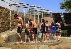 Turister tar en mineralvattendusch och har gyckel på I - tillgripa, Nha Trang, Vietnam Arkivbilder