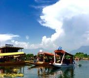 Turister tar en ritt på en Shikara på Dal Lake i Kashmir Indien Arkivbilder