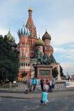 Turister tar foto av St Basil Cathedral, den röda fyrkanten, Moskva, Ryssland Arkivfoto