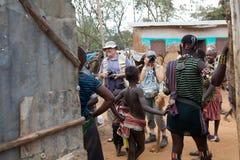 Tourits och afrikanskt folk Fotografering för Bildbyråer