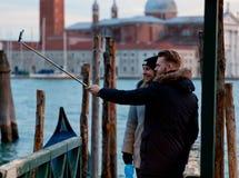 Turister tar selfie med pinnen i Venedig Royaltyfri Bild