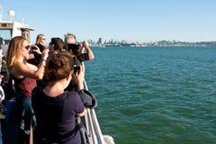 Turister tar smarta telefonfoto på färjan i San Francisco Royaltyfria Bilder