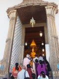 Turister in till templet Arkivfoto