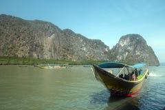 Turister turnerar Ao Phang Nga, Thailand Royaltyfria Bilder