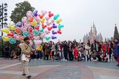 Turister tycker om aktiviteter inom Shanghaien Disneyland, Kina royaltyfri fotografi