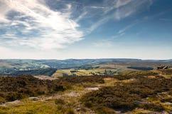 Turister tycker om dettagande rullande landskapet av det maximala området i Derbyshire Royaltyfria Foton