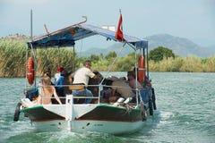Turister tycker om fartygkryssning vid den Dalyan floden i Mugla, Turkiet Arkivbilder