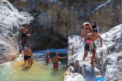 Turister tycker om fräckhet av bergfloden i kanjonen Kuzdere, Tur Arkivbilder