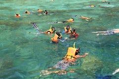 Turister tycker om med att snorkla i ett tropiskt hav på den Phi Phi islaen Royaltyfri Fotografi