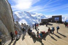 Turister tycker om panoramautsikt på den Chamonix terrassen royaltyfri fotografi