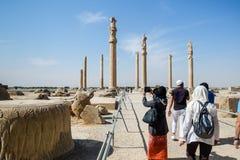 Turister tycker om sight på Persepolisen arkivfoton