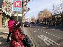 Turister väntar på en buss i Sydkorea Arkivbild