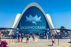 Turister väntar utanför ingången till Oceanografic i Valencia royaltyfri foto
