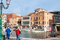 Turister väntar vattenbussen i område av Venedig Arkivfoto