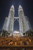 Turister vid Petronas tvillingbröder på natten Arkivbilder