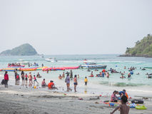 Turister vilar på havet Arkivbild