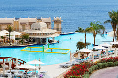 Turisterna är på semester på det populära hotellet Royaltyfri Foto