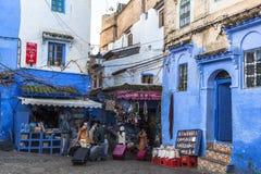 Turisterna på Chefchaouen, Marocko arkivfoton