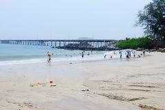 Turisterna simmar på stranden royaltyfria foton