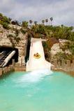 Turisterna som tycker om, bevattnar dragningar i Siam waterpark Arkivbilder