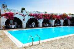 Turisterna som tycker om deras semester på det lyxiga hotellet Royaltyfria Foton