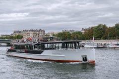 Turistfartyg i Paris Arkivbild