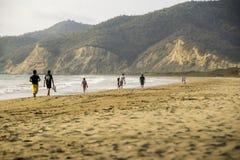 Turistfolk som går på stranden Arkivfoton