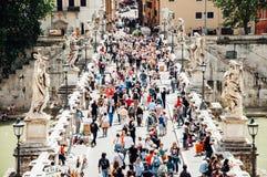 Turistfolkmassor och gatuförsäljare på Ponten Sant'Angelo i Rome, Italien Royaltyfria Bilder