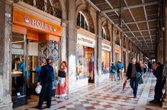 Turistfotgata i Venedig Royaltyfria Bilder