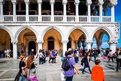 Turistfotgata i Venedig Royaltyfri Bild