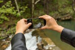 Turisthänder som fotograferar landskap arkivbilder