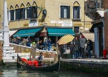 Turisti accanto ad una gondola sul canale stretto immagini stock libere da diritti