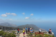 Turisti ad una piattaforma dell'allerta nel parco nazionale della montagna della Tabella fuori di Cape Town, Sudafrica Fotografia Stock