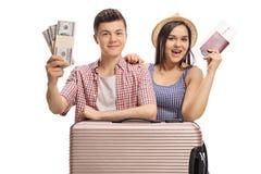 Turisti adolescenti con i pacchi di soldi e di un passaporto Fotografie Stock Libere da Diritti
