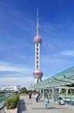 Turisti al centro finanziario di Lujiazui, Shanghai, Cina Fotografia Stock