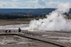 Turisti al geyser del Clepsydra Fotografie Stock Libere da Diritti