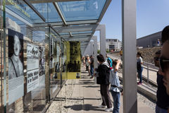 Turisti al muro di Berlino/mostra all'aperto Fotografie Stock